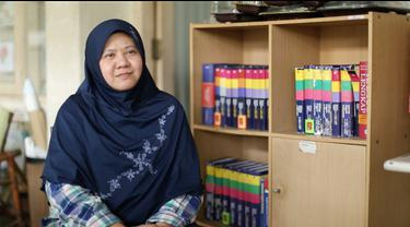 Kekecewaan dan keprihatinan terhadap sistem pendidikan wajib belajar membuat Ade mendirikan Sekolah gratis.