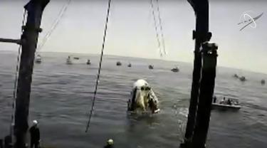 "Tangkapan layar yang diambil dari NASA TV ini menunjukkan wahana antariksa Crew Dragon SpaceX ""Endeavour"" mendarat di lepas pantai Pensacola, Florida, Amerika Serikat (AS) (2/8/2020). Wahana antariksa ""Endeavour""  membawa dua astronaut NASA. (Xinhua/NASA TV)"