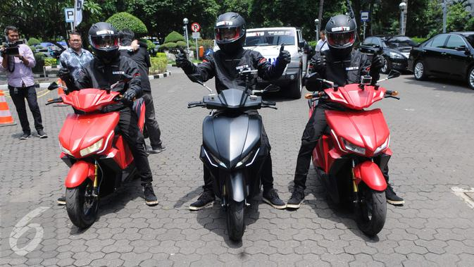 Pengendara dari ITS menggunakan motor listrik GESITS saat seremoni pelepasan 'GESITS Tour de Jawa Bali' di Jakarta, Senin (7/11). Touring ini akan menempuh jarak 1.200 km, mulai dari Jakarta sampai Bali dari 7-12 November 2016. (Liputan6.com/Helmi Afandi)#source%3Dgooglier%2Ecom#https%3A%2F%2Fgooglier%2Ecom%2Fpage%2F%2F10000