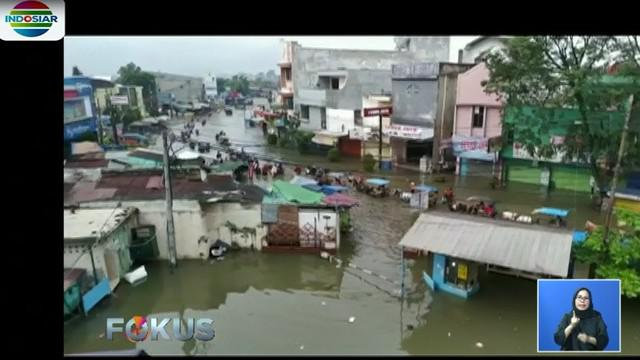 Tidak hanya akses jalan, banjir akibat tingginya curah hujan merendam rumah warga yang berada di Kampung Bojongasih, Kecamatan Dayeuhkolot.