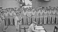 McArthur menandatangani dokumen penyerahan Jepang  tanpa syarat  (AFP)