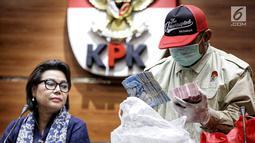Penyidik menunjukkan barang bukti OTT Bupati Lampung Selatan Zainudin Hasan berupa uang senilai Rp 600 juta. di Gedung KPK, Jumat (27/7). Zainudin dan 3 orang ditetapkan sebagai tersangka dugaan suap proyek infrastruktur. (Liputan6.com/Faizal Fanani)