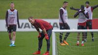 Kiper Inggris, Joe Hart, mendengarkan instruksi saat latihan di St George Park, Staffordshire, Selasa (7/11/2017). Latihan ini persiapan jelang laga persahabatan melawan Jerman dan Brasil. (AFP/Paul Ellis)