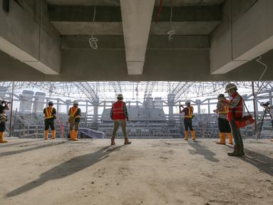 Sejumlah peserta melihat pembangunan Jakarta International Stadium yang terletak di Papanggo, Jakarta Utara, Selasa (31/08/2021). PT Jakarta Propertindo (Jakpro) mencatat bahwa stadion yang diproyeksikan berkapasitas 82.000 penonton tersebut telah mencapai 69 persen. (Bola.com/Bagaskara Lazuardi)