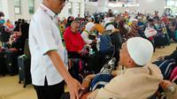 Direktur Bina Umrah dan Haji Khusus (UHK) Kementerian Agama Arfi Hatim meninjau langsung proses pemulangan jemaah haji khusus di Bandara King Abdulaziz, Jeddah. Dok Kemenag