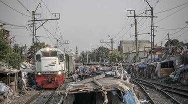 Pemandangan gubuk-gubuk kumuh di bantaran rel kereta api kawasan Senen, Jakarta, (26/9/14). (Liputan6.com/Faizal Fanani)