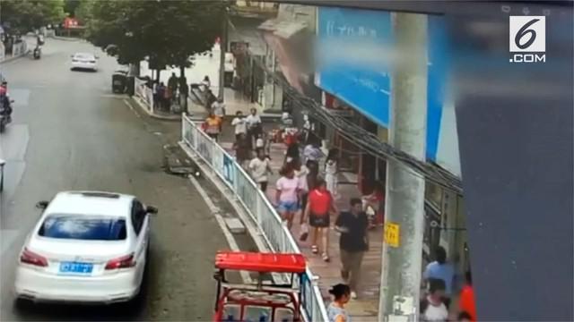 Sebuah papan iklan berukuran besar jatuh menimpa pejalan kaki yang lewat. Akibatnya lima orang terluka dan dilarikan ke rumah sakit.