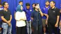 Sekjen PSSI, Ratu Tisha merayakan ulang tahun bersama pengurus PSCS Cilacap. (Bola.com/Vincentius Atmaja)