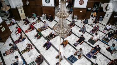 Umat Islam menunaikan salat Jumat berjemaah dengan menerapkan jaga jarak di Masjid Cut Meutia, Jakarta Pusat, Jumat (5/6/2020). Masjid Cut Meutia kembali menyelenggarakan ibadah salat Jumat dalam masa PSBB transisi dengan menerapkan protokol kesehatan secara ketat. (Liputan6.com/Faizal Fanani)