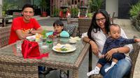 Gelandang Barito Putera, Bayu Pradana, saat melepas kerinduan bersama keluarganya di Sleman. (Bola.com/Gatot Susetyo)
