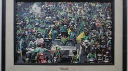 Foto Tim Persebaya Surabaya saat menjuarai Liga Indonesia pada tahun 2004 terpampang pada salah satu ruangan di Wisma Persebaya Karanggayam, Surabaya, Jumat(10/6/2016). (Bola.com/Nicklas Hanoatubun)