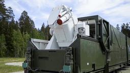 Sebuah truk militer Rusia dengan senjata laser terpasang di atasnya ditunjukkan di lokasi yang tidak diketahui di Rusia. Presiden Vladimir Putin mengklaim bahwa persenjataan mereka tidak dapat dicegat oleh musuh. (RU-RTR Russian Television via AP)