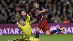 Luis Suarez (kanan)  menjadi bintang dengan torehan tiga gol saat barcelona mengalahkan Celta Vigo pada pekan ke-24 La Liga Spanyol di Stadion Camp Nou, Barcelona. (AFP / Josep Lago)