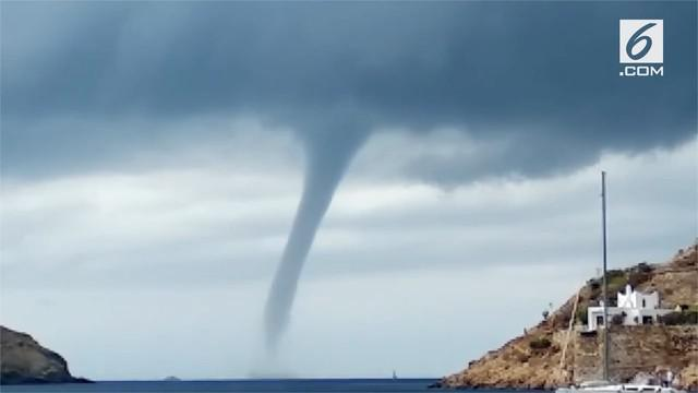 Turis dibuat kaget dengan adanya tornado air besar yang muncul di pantai Yunani.