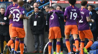 Perayaan gol pertama yang dicetak Danilo pada menit ke-18 pada laga lanjutan Premier League yang berlangsung di stadion John Smith, Huddersfield, Minggu (20/1). Manchester City menang 3-0 atas Huddersfield. (AFP/Paul Ellis)