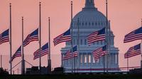 Bendera di gedung-gedung federal AS dikibarkan setengah tiang untuk menghormati kepergian John McCain (AP/J David Ake)