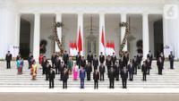 Presiden Joko Widodo atau Jokowi didampingi Wakil Presiden Ma'ruf Amin berfoto bersama jajaran menteri Kabinet Indonesia Maju yang baru dilantik di tangga beranda Istana Negara, Jakarta, Rabu (23/10/2019). (Liputan6.com/Angga Yuniar)