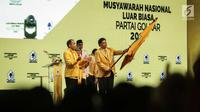 Ketum Golkar Airlangga Hartarto mengibarkan panji Partai Golkar dalam penutupan Munaslub Partai Golkar di Jakarta, Rabu (20/12). Munaslub Golkar tadi pagi mengukuhkan Airlangga sebagai ketum menggantikan Setya Novanto. (Liputan6.com/Faizal Fanani)