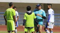 Robert Alberts saat memimpin sesi latihan tim Persib Bandung. (Bola.com/Erwin Snaz)