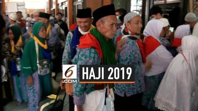 Sebanyak 406 jemaah haji dan enam petugas haji, pada Rabu (21/8/2019) tiba dan memasuki area asrama haji. Ratusan jemaah haji tersebut berasal dari kloter 12  Kabupaten Bekasi, Jawa Barat.