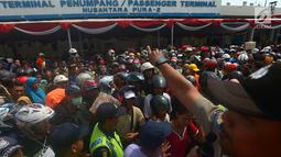 Petugas mengatur ribuan pemudik saat akan menaiki KM Dobonsolo tujuan Semarang, Jakarta, Rabu (13/6). Selain diikuti ribuan peserta, mudik gratis dari Kementerian Perhubungan ini juga diikuti 673 unit kendaraan roda dua. (Merdeka.com/Imam Buhori)