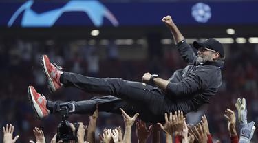 Pelatih Liverpool, Juergen Klopp, diangkat para pemainnya usai menjuarai Liga Champions 2019 dengan mengalahkan Tottenham Hotspur di Stadion Wanda Metropolitano, Madrid, Minggu (2/6). Liverpool menang 2-0 atas Tottenham Hotspur. (AP/Felipe Dana)