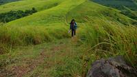Travel Blogger Kadek Arini di Bukit Teletubbies Banjarmasin. Foto diambil dengan Oppo F5 (Liputan6.com/Novi Nadya)