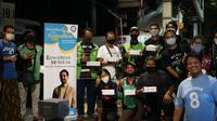 Kegiatan bagi-bagi takjil yang dilakukan komunitas suporter Manchester City di Indonesia (MCSCI) atas inisiasi langsung gelandang The Citizens, Ilkay Gundogan, di Indonesia. (Istimewa)