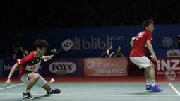 Pasangan Jepang, Takuto Inoue/Yuki Kaneko, saat melawan wakil Indonesia, Kevin Sanjaya/Marcus Gideon, , pada Indonesia Open 2019 di Istora, Jakarta, Selasa (16/7). Pasangan Indonesia menang 20-22, 21-16, 21-14. (Bola.com/M Iqbal Ichsan)