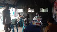 Rapid tes yang digelar Polsek Tambun untuk warga yang kontak erat dengan pasien positif Covid-19. (Liputan6.com/Bam Sinulingga)