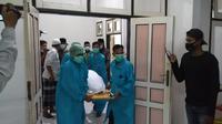 Jasad korban keluar dari kamar jenazah di RSUD H Dr Moh Anwar, Kabupaten Sumenep (Liputan6.com/Mohamad Fahrulr).