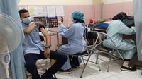 Pelaksanaan vaksinasi di Puskesmas Dinoyo, Kota Malang, yang menyasar petugas pelayanan publik (Humas Pemkot Malang)
