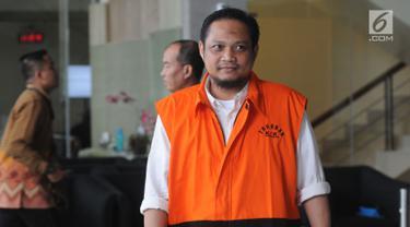 Tersangka panitera pengganti PN Medan Helpandi usai menjalani pemeriksaan di Gedung KPK, Jakarta, Rabu (31/10). Helpandi diperiksa dalam kasus dugaan tindak pidana korupsi menerima hadiah atau janji terkait dengan putusan perkara (Merdeka.com/Dwi Narwoko)