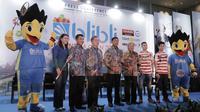 Pengurus PP PBSI serta sponsor Indonesia Open 2018 foto bersama usai konferensi pers di Hotel Fairmont, Jakarta, Senin (14/5/2018). Blibli Indonesia Open 2018 ini memperebutkan hadiah total senilai USD 1.250.000. (Bola.com/M Iqbal Ichsan)