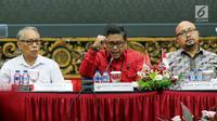 Sekjen PDI Perjuangan Hasto Kristiyanto (tengah) saat menghadiri acara Focus Group Discussion di DPP PDI Perjuangan, Jakarta, Selasa (24/4). Hasto menyampaikan, pemilihan umum harus mengedepankan persatuan bangsa. (Liputan6.com/JohanTallo)
