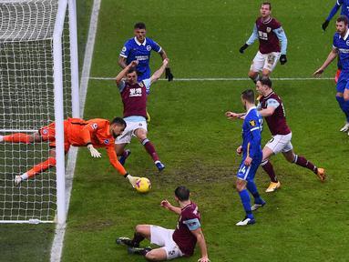 Penjaga gawang Brighton, Robert Sanchez tak gentar menghentikan bola dari serangan sejumlah pemain Burnley. (Foto: AFP/Pool/Laurence Griffiths)