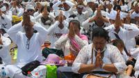 Umat Hindu memanjatkan doa saat menggelar ritual Melasti di Bali, Senin (4/3). Tradisi yang ada sejak Kerajaan Hindu Majapahit ini merupakan rangkaian dari perayaan Hari Raya Nyepi. (AP Photo/Firdia Lisnawati)
