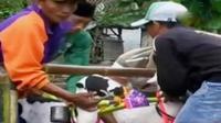 Sopir taksi di Jakarta menggelar unjuk rasa menolak angkutan online. Selain itu, joki karapan kambing harus mengikuti laju sepasang kambing.