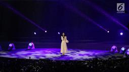 Penyanyi Isyana Sarasvati tampil dalam Upacara Penutupan Asian Games 2018 di Stadion Utama Gelora Bung Karno, Jakarta, Minggu (2/9). Vokalnya yang lembut mengalun saat mengiringi video cuplikan perjuangan para atlet. (Liputan6.com/Helmi Fithriansyah)