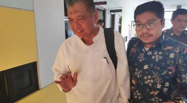 Tersangka korupsi penilitian UIR tidak mau menjawab pertanyaan wartawan usai diperiksa di Kejaksaan Tinggi Riau.