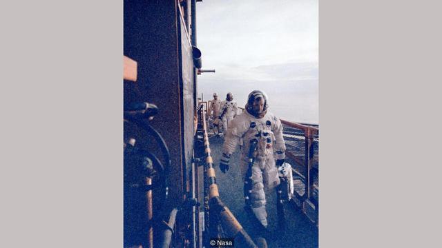 Neil Armstrong membawa ventilator oksigen (NASA)