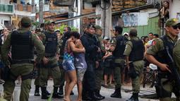 Warga menangis usai kerabatnya menjadi korban penembakan massal di sebuah bar di kota Belm, negara bagian utara Par, Brazil (19/5). Hampir semua korban tewas mengalami luka tembak di bagian kepala, lapor situs web G1. (Claudio Pinheiro/Agencia Panamazonica/AFP)