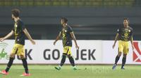 Pemain Barito Putra, Dandi Maulana (kanan) saat melawan Bhayangkara FC pada laga Liga 1 2017 di Stadion Patriot, Bekasi, (4/7/2017). (Bola.com/Nicklas Hanoatubun)