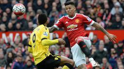 Bek MU, Marcos Rojo, berusaha melewati pemain Aston Villa pada laga Liga Inggris di Stadion Old Trafford, Manchester, Sabtu (16/4/2016). MU menang 1-0 atas Aston Villa. (AFP/Oli Scarff)