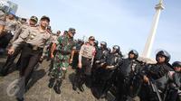 Kapolri Jenderal Tito Karnavian bersama Panglima TNI Jenderal Gatot Nurmantyo meninjau pasukan TNI dan Polri saat apel kesiapsiagaan pengamanan tahap kampanye Pilkada Serentak 2017 di Silang Monas, Jakarta, Rabu (2/11). (Liputan6.com/Immanuel Antonius)