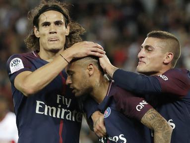 Pemain PSG, Edinson Cavani dan Marco Verratti, merayakan gol yang dicetak Neymar Jr, ke gawang Toulouse pada laga Liga 1 Prancis, di Stadion Parc des Princes, Senin (21/8/2017). PSG menang 6-2 atas Toulouse. (AFP/Thomas Samson)