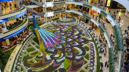 Merak raksasa yang ditampilkan selama Festival Bunga di Pusat Perbelanjaan Santa Fe di Medellin, Kolombia (3/8). Merak yang terbuat dari 182.000 bunga ini memiliki panjang 12 meter (40 kaki). (AFP Photo/Joaquin Sarmiento)