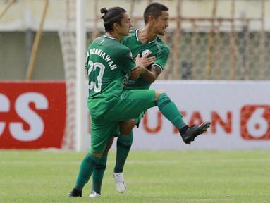 Ini merupakan kali kedua Kim dan Irfan menjadi rekan setim setelah di Persema Malang pada 2011. Tentunya, PSS berharap Kim dan Irfan akan membuat perbedaan. (Bola.com/M. Iqbal Ichsan)