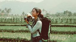 Mengabadikan momen dengan kamera menjadi hal yang menarik bagi Glenca Chysara. Aktris hits FTV ini terliha begitu senang ketika menjumpa objek menarik di alam bebas. Sawah pun tak luput menjadi objek yang diabadikannya. (Liputan6.com/IG/@glenkachysara)