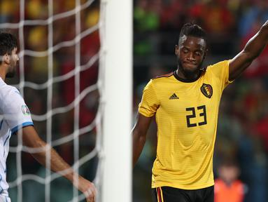 Striker Belgia, Michy Batshuayi, merayakan gol yang dicetaknya ke gawang San Marino pada laga Kualifikasi Piala Dunia 2022 di Olympic Stadium, Serravalle, Jumat (6/9). San Marino kalah 0-4 dari Belgia. (AFP/Isabella Bonotto)